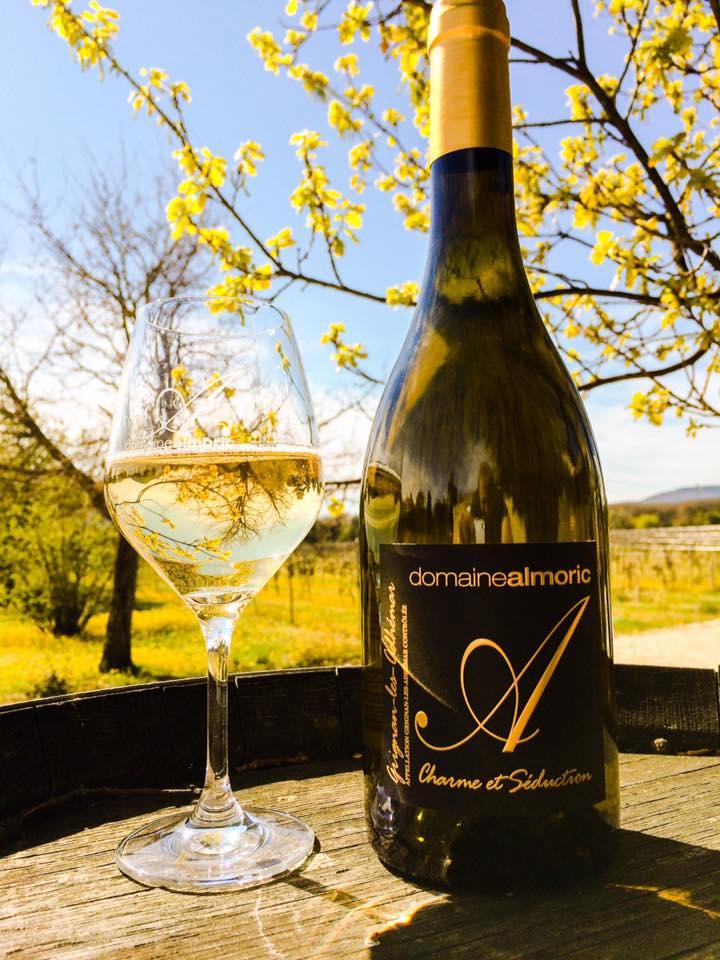 Vin blanc Charme et séduction du domaine almoric, domaine viticole proche de Montélimar
